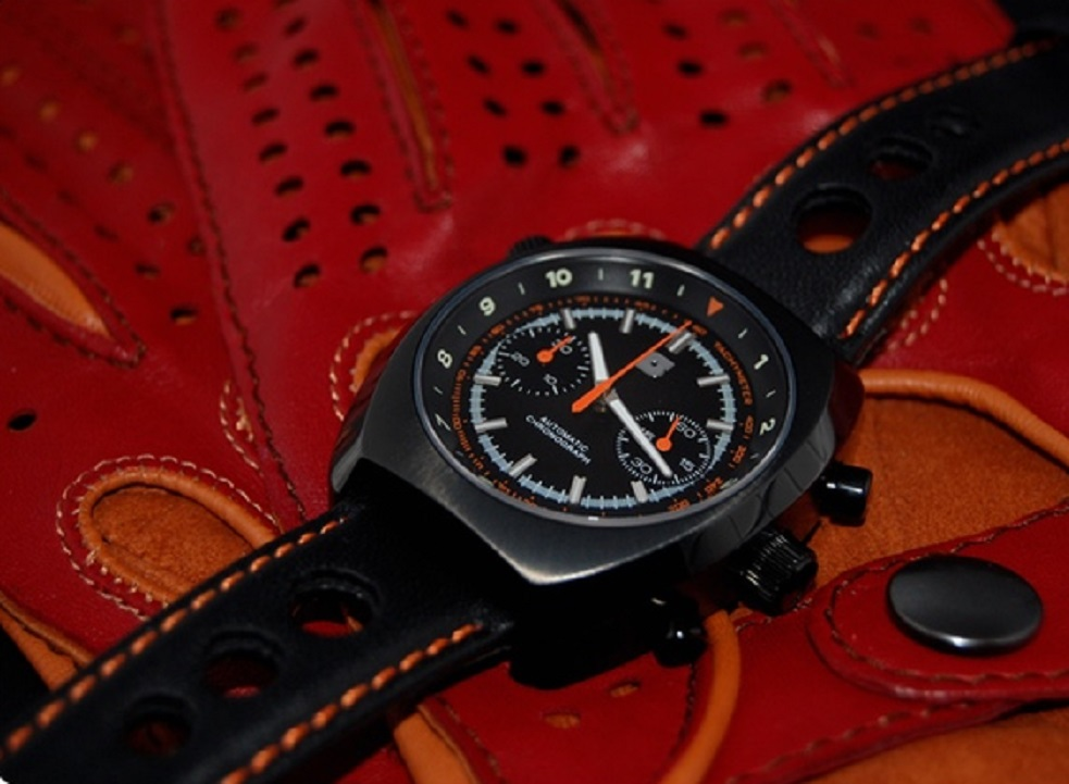 Straton Curve-Chrono watch and driving gloves now on Kickstarter
