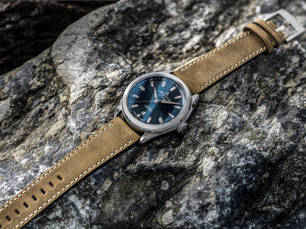Inspired by an Alpina automatic model from the 1950's, the contemporary Alpiner line adds the Alpiner Quartz to the collection. The Alpina Alpiner Quartz features the clean lines, essential dial design, and the intrinsic quality, reliability and finish of Swiss sports watch.