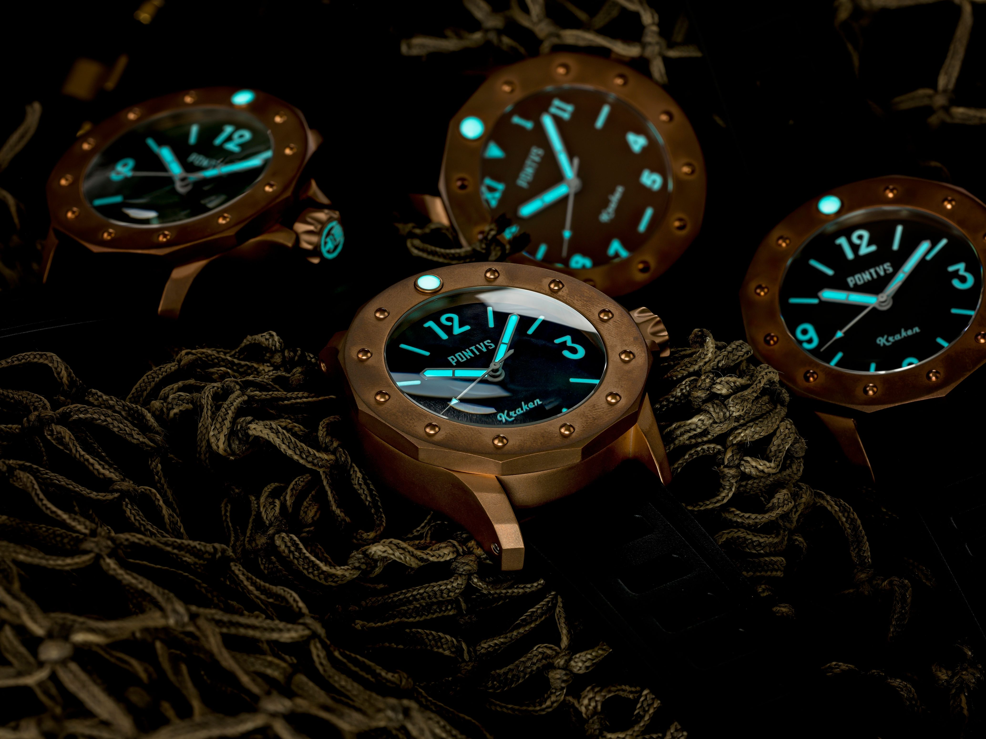The hour markers and indices on the Pontvs Kraken are all printed with Super-LumiNova BGW9.