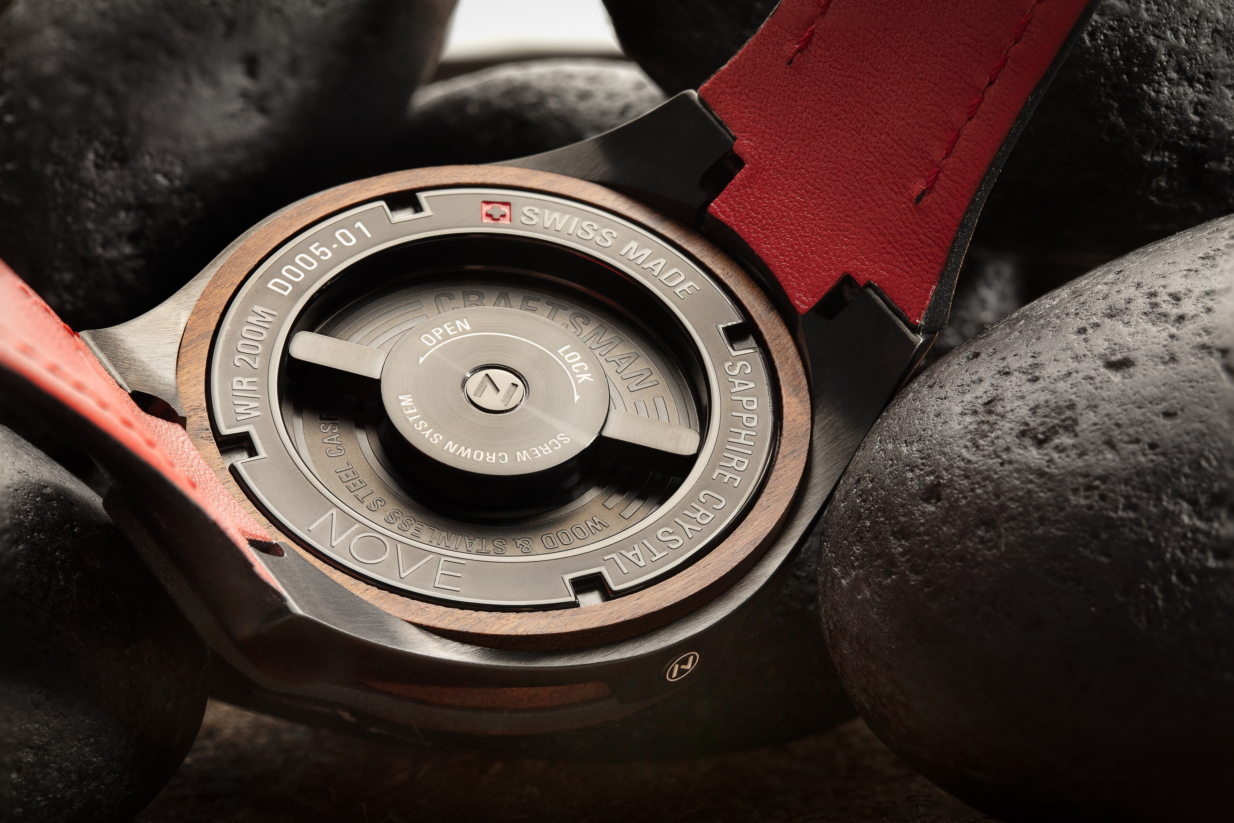 The NOVE Craftsman's signature feature is its specially-designed case back houses a mechanism which allows the user to adjust the minute and hour hands.
