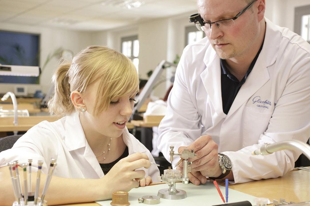 Uhrmacherlehrling-mit-Lehrer